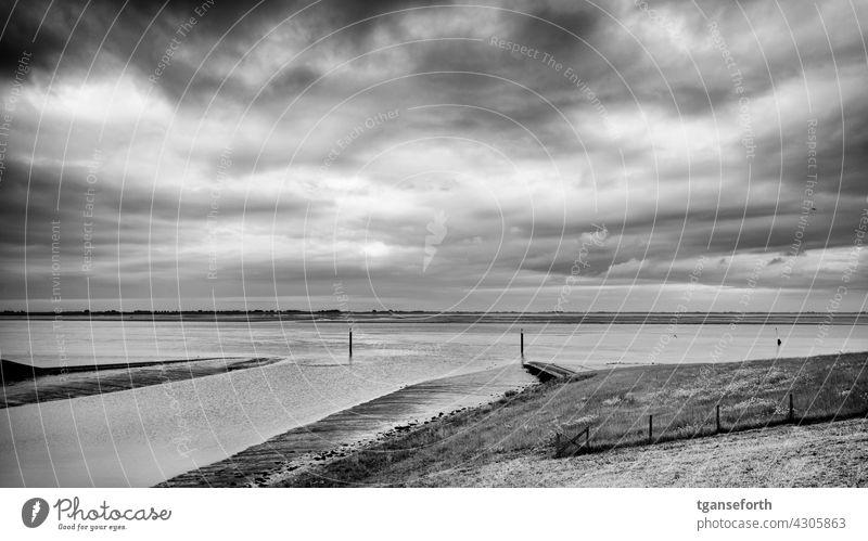 Siel in Emden Dollart Ems Ostfriesland Landschaft Außenaufnahme Natur Wasser Küste Meer Menschenleer Niedrigwasser Ebbe Deich bewölkt Himmel Horizont Gezeiten