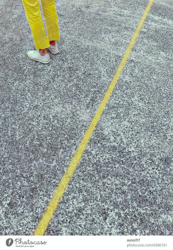 Yello gelb Linie getrennt Hose farbig Beine Schuhe Fuß Farbfoto Bodenbelag Mensch Bekleidung warten Mode stehen feminin isoliert allein frustriert
