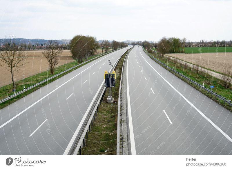 Menschen leere Autobahn im Winter mit trüben Himmel Straße Verkehr Straßenverkehr Umgehungsstraße Autostraße Schnellstraße Autofahren Verkehrswege Landschaft