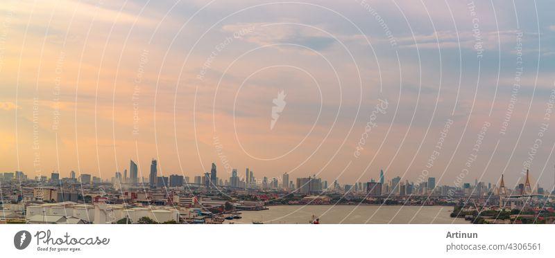 Stadtbild eines modernen Gebäudes. Stadtbild in Asien. Business-Bürogebäude. Stadt mit Sonnenuntergang Himmel. Horizontale Ansicht der Stadt mit Menschenmenge von Wolkenkratzer Gebäude und den Fluss. Hauptstadt in Thailand.