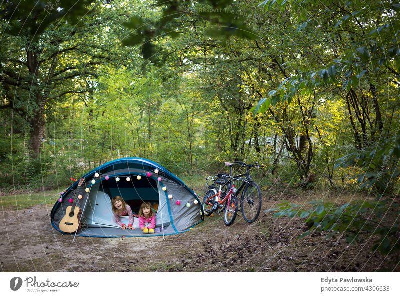 Erstes Mal Camping wandern Fahrradfahren Urlaub Feiertag Zelt Wald Kinder Familie Glück Lächeln Nacht Abend schlafen Wanderung Trekking Wildnis wild Natur grün