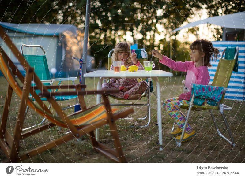 Kinder genießen den Campingurlaub wandern Fahrradfahren Urlaub Feiertag Zelt Wald Familie Glück Lächeln Nacht Abend Wanderung Trekking Wildnis wild Natur grün