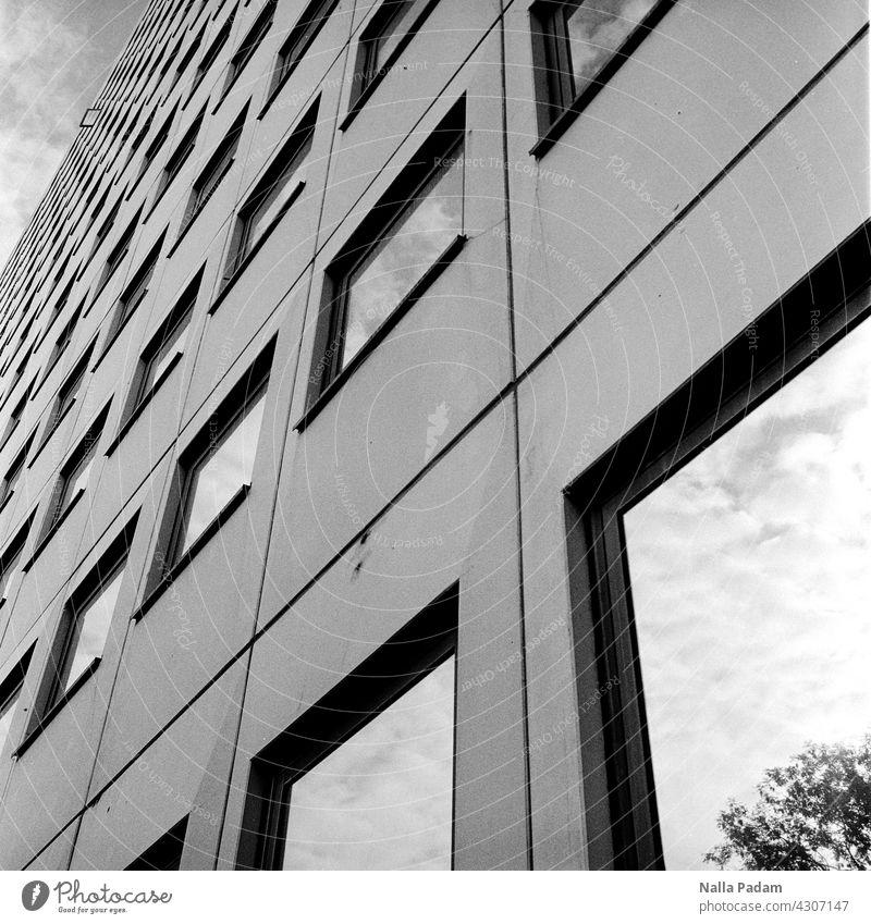 Hausfassade mit einem geöffneten Fenster analog Analogfoto sw Schwarzweißfoto schwarzweiß Architektur Wand Fassade Glas geschlossen Spiegelung Ruhrgebiet Himmel