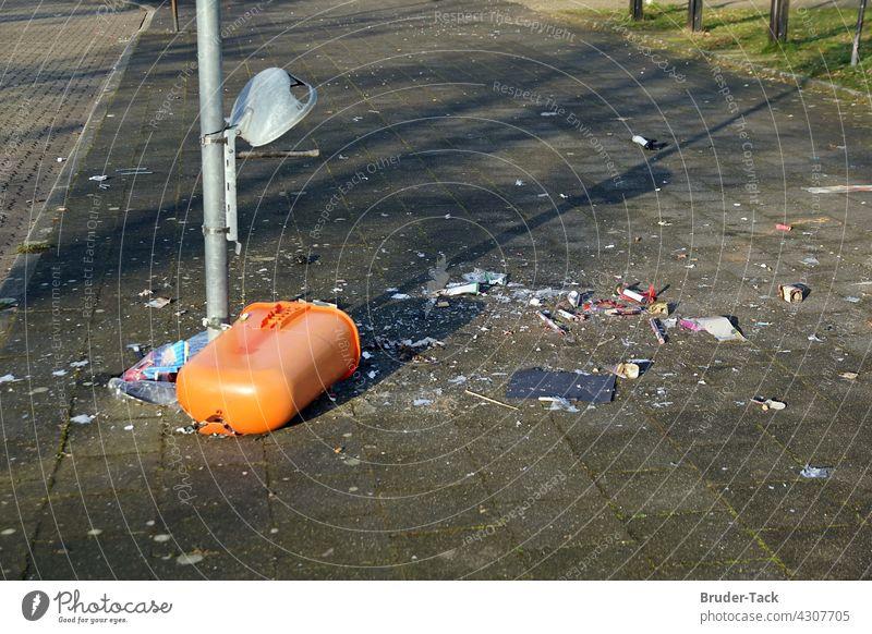 Zerstörter Abfallbehälter vandalismus abfallbehälter Müll Müllbehälter Mülltonne Umweltverschmutzung Müllentsorgung wegwerfen Umweltschutz papierkorb