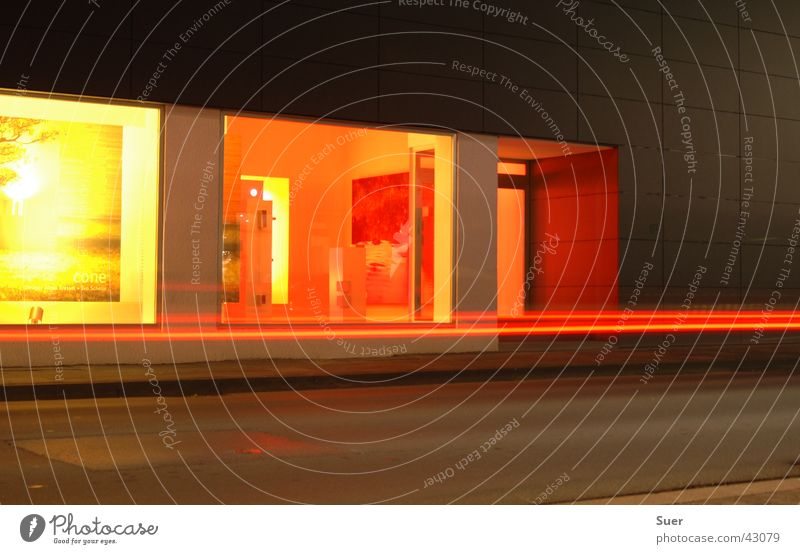 Schaufenster gelb rot Licht Langzeitbelichtung Straße orange