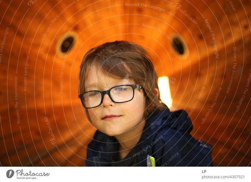 Junge mit Brille schaut melancholisch Lächeln Vertrauen Accessoire Haare & Frisuren Gesicht träumen verträumt nachdenklich Blick authentisch Erwartung Beratung