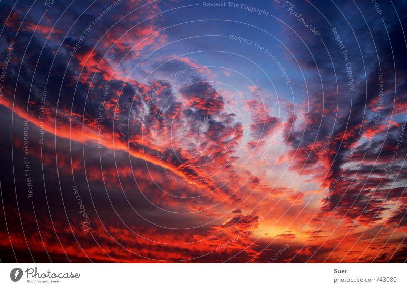 heaven is on fire Himmel blau rot schwarz Wolken orange Brand Sturm Hölle
