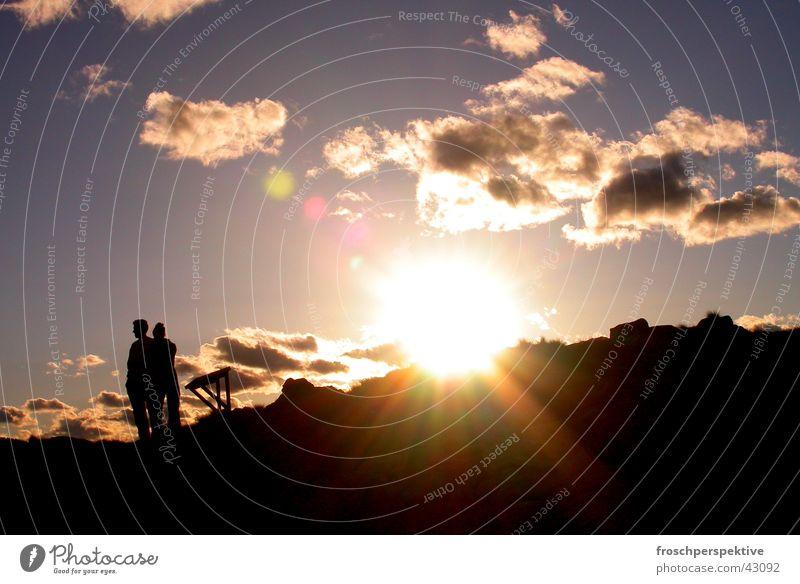 zweisamkeit Sonnenuntergang Zusammensein Einsamkeit Romantik Menschengruppe Paar Berge u. Gebirge paarweise Liebespaar