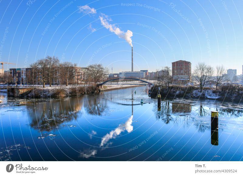 Blick über den Nordhafen auf die Kieler Brücke .Im Hintergrund ist ein Schornstein . moabit Winter Reflexion & Spiegelung Heizkraftwerk vattenfall Fernsehturm