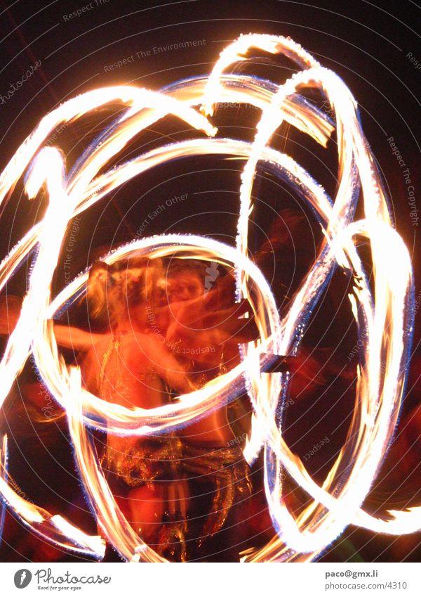 twirling fire Brand Performance Club lovefield Open Air Lichtmalerei Feuer Spektakel drehen Künstler schwingen