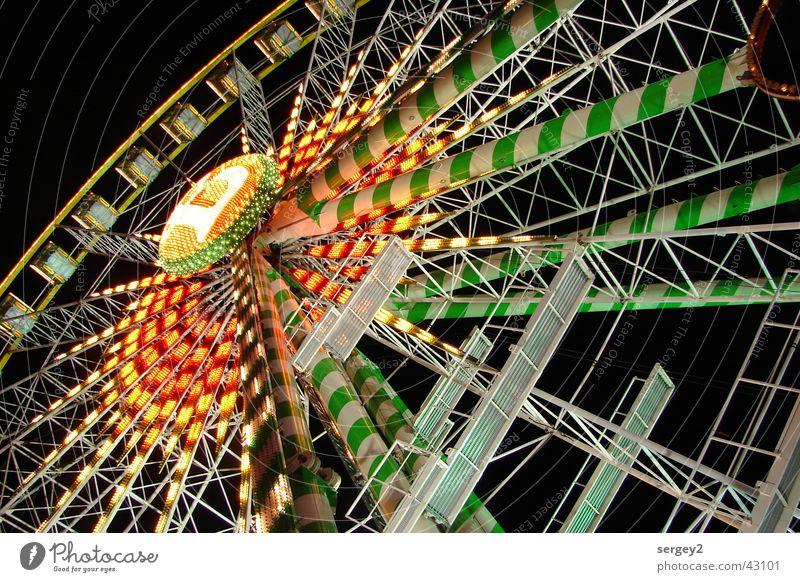 Riesenrad by Night grün rot Farbe Perspektive Freizeit & Hobby Vergnügungspark