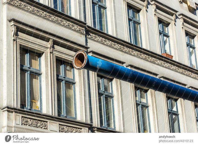 Das offene Ende einer blauen Wasserleitung Architektur Gebäude Beton Zwischenstück Konstruktion Regie Abfluss trocknen Eingang Gerät Flucht Ausfahrt Einrichtung