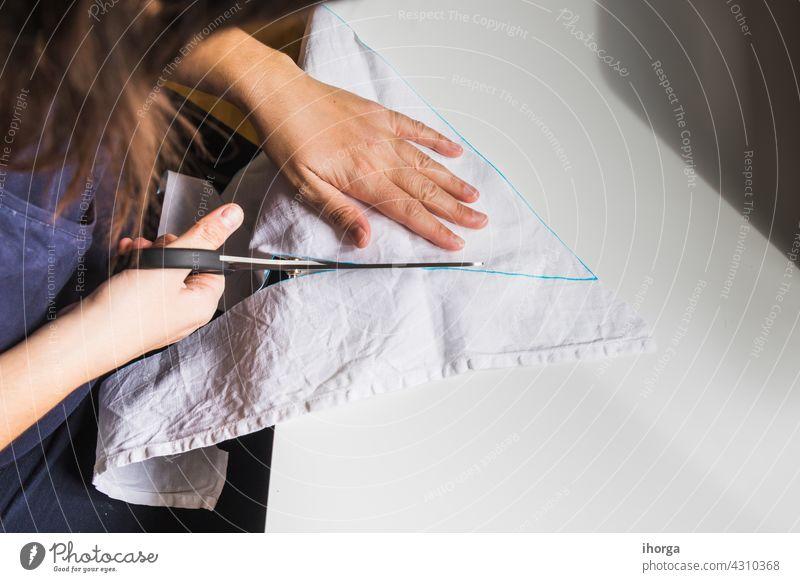 Frauenhände mit Nähschere Gerät Nahaufnahme Stoff Bekleidung Kostümierung Handwerk kreativ Kreativität Design heimisch Kleid Damenschneiderin Gewebe Basteln