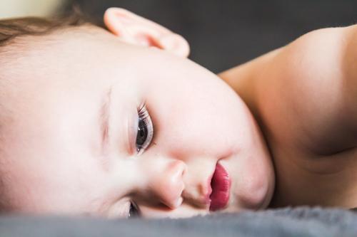 Porträt eines bezaubernden liegenden Babys babycare Säuglingsalter schön Schönheit Junge Pflege Kaukasier Kind Kinderbetreuung Kindheit Nahaufnahme niedlich