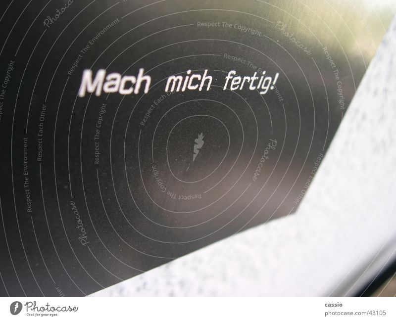 Mach mich fertig! schwarz Wand Schriftzeichen Buchstaben Postkarte Typographie Wort Fototechnik