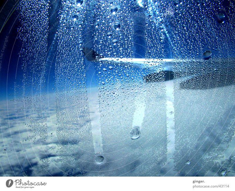 Tränen im Blau Ferien & Urlaub & Reisen Luftverkehr Wasser Himmel Flugzeug blau weiß Tragfläche Flugzeugfenster Aussicht Kondenswasser Tropfen Wassertropfen