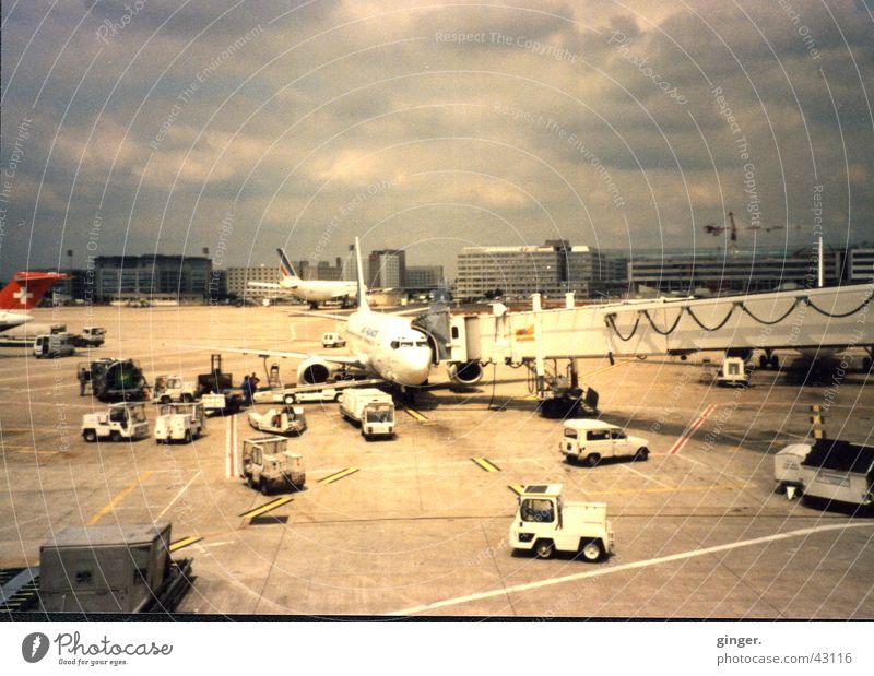 Flughafengewusel Ferien & Urlaub & Reisen Luftverkehr Wolken Fahrzeug PKW Flugzeug Landebahn fahren graue Wolken Scan Gangway Farbfoto