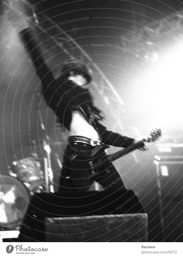 Gitarrero in Aktion Mensch weiß schwarz Musik Aktion Konzert Rockmusik Gitarre