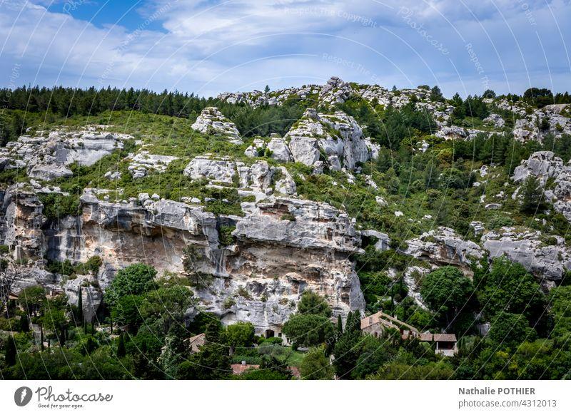 Die Umgebung des Dorfes Les Baux de Provence, Felsen und Vegetation Felsbrocken Hügel Natur Textfreiraum Landschaft reisen Stein Farbfoto