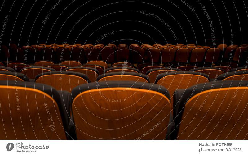 Aufgereihte Sitze in einer Veranstaltungshalle Kino Filmmaterial Saal zeigen Armsessel schwarz Kinosaal Freizeit & Hobby Theater Kinosessel dunkel leer