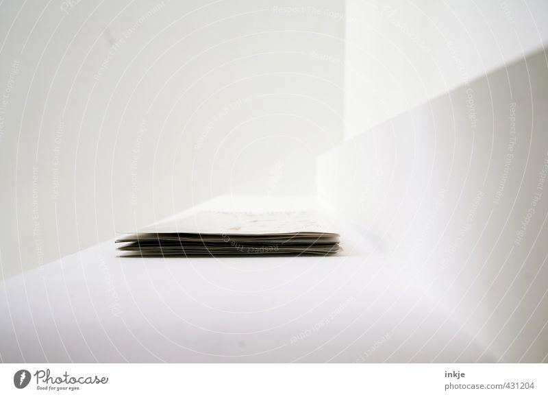 eine Frage des Blickwinkels II Häusliches Leben Wohnung Dekoration & Verzierung Raum Decke Zimmerdecke Ecke Niveau Papier Zettel Kalender hängen liegen