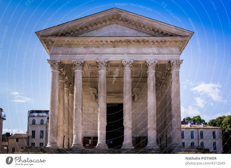 Quadratisches Haus, Nimes, Frankreich Architektur Gebäude Fassade Römer alt antik Zivilisation Farbfoto Tourismus Außenaufnahme Großstadt Europa