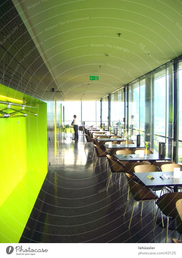 bergisel sprungschanze springen Innsbruck Café Tourismus Tisch Theke Fenster glänzend grün gelb Schanze skispringen Turm zaha hadid Stuhl Glätte Architektur