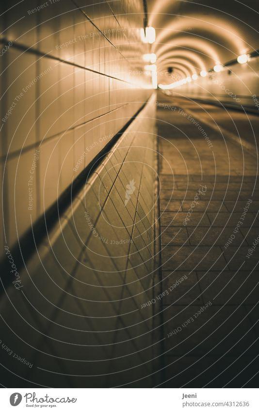 Tunnelwand Tunnelblick links Linksverkehr Linksdrall Unendlichkeit unendlich links liegen lassen Linksabbieger linke seite Seite Seitenwechsel Straße