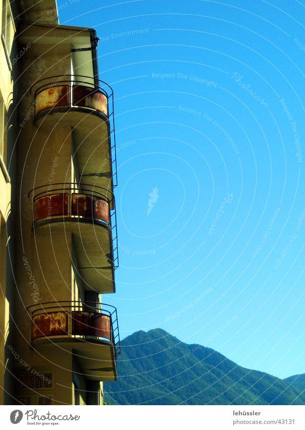 balkon mit aussicht Himmel Haus Berge u. Gebirge Architektur Beton groß Horizont rund Aussicht Balkon Rost Geländer Eisen Tal Kanton Tessin Oxidation