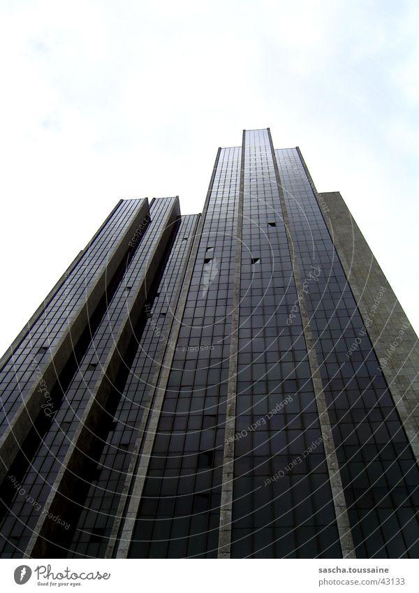 Man mags kaum gleuben: Ein Hochhaus ;) Haus Gebäude Ecke Fenster Fassade Wolken Blomen See grau schwarz weiß Architektur hoch verwinkelt eckig Glas Vorderseite