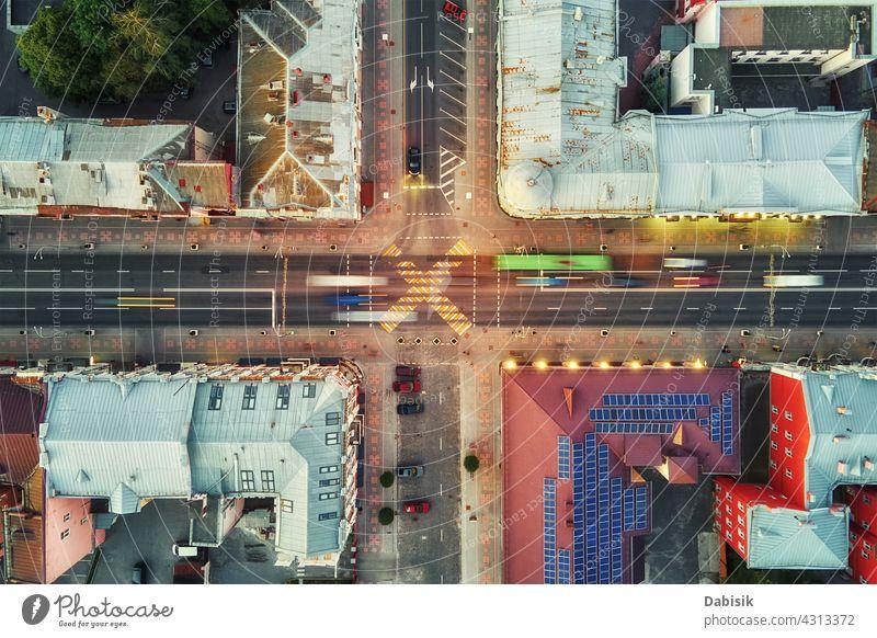 Straßenkreuzung in der Stadt mit verschwommenen Autos Querstraße Verkehr Großstadt Architektur Antenne weißrussland Luftaufnahme Gebäude Stadtbild Land Europa