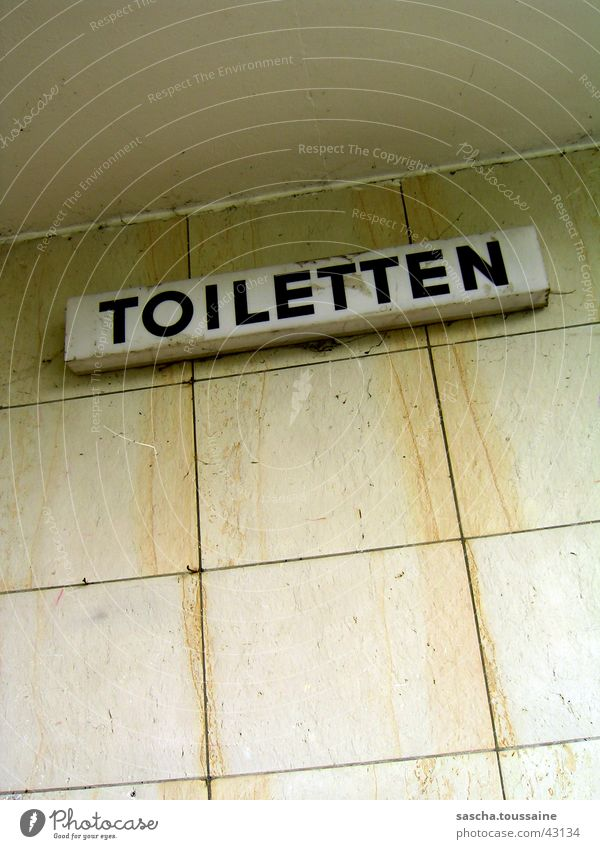 Toiletten... weiß schwarz gelb Wand orange dreckig Schilder & Markierungen Freizeit & Hobby Zeichen verfallen Hinweisschild Marmor Blomen See