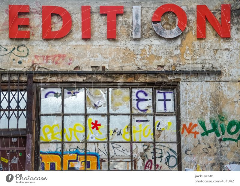 (Un)limited Stadt rot Fenster Wand Graffiti Mauer außergewöhnlich Metall Fassade Kreativität einzigartig kaputt Zeichen Kultur Verfall Ladengeschäft