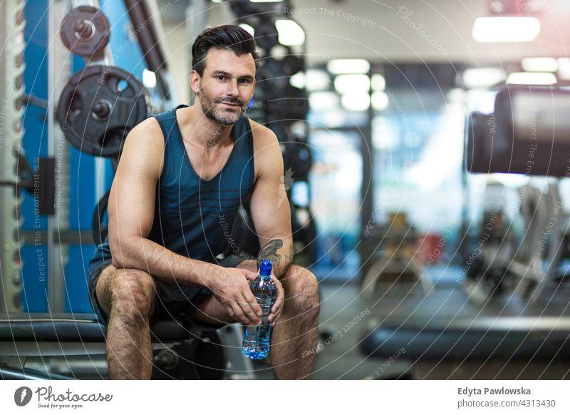 Mann trainiert im Fitnessstudio Fitness-Club Fitness-Studio ausarbeitend Körper Gesundheit passen Sport Lifestyle Übung Training aktiv trainiert. Stärke