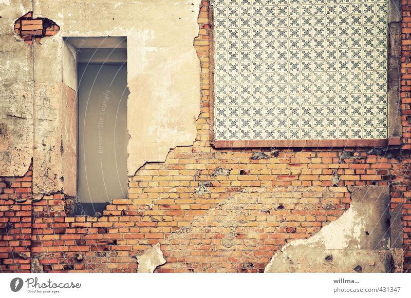 entrée mit verkommenen elementen Stadt Wand Mauer Gebäude Tür Vergänglichkeit Wandel & Veränderung verfallen Verfall Fliesen u. Kacheln Backstein Eingang Ruine