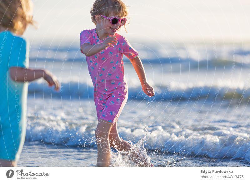 Kinder spielen am Strand jung Geschwister Spaß Familie Mädchen Spielen Neuseeland tagsüber Ozeanien im Freien Landschaft reisen Natur malerisch Frau Freiheit