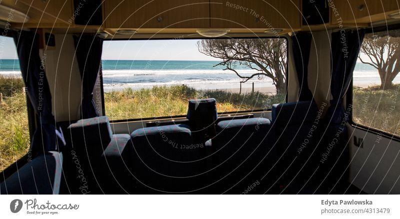 Blick durch das Fenster eines Wohnmobils rv Lager Ausflugsziel Laufwerk Reise Ferien Kleintransporter PKW Verkehr Camping Neuseeland tagsüber Ozeanien im Freien