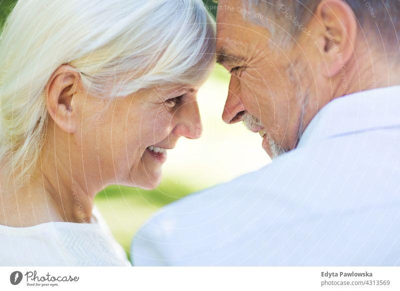 Senior Paar in der Liebe Senioren Rentnerin Rentnerinnen Frau Mann lässig im Freien Erwachsener Zusammengehörigkeitsgefühl Zwei Personen sorgenfrei Tag