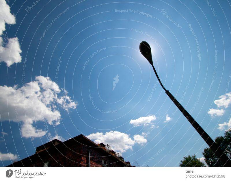 Lost Land Love | temporäre Sonnenfinsternis lampe haus himmel sonnig verdecken perspektive standort hoch