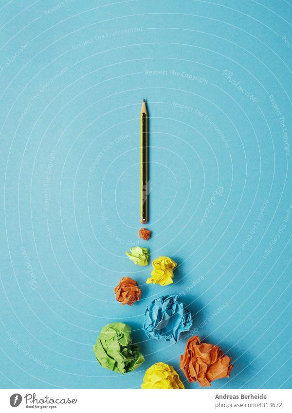 Starten Bleistift Rakete mit Jet-Stream von Papierkugeln, Kreativität Konzept oder neue Ideen Metapher Schreibstift Strategie Ehrgeiz zerknittertes Papier