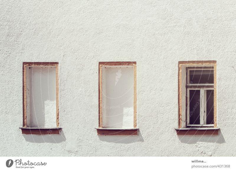 von der hinterlist einer lichtscheuen politik Stadt weiß Einsamkeit Mauer Gebäude Fassade Häusliches Leben geschlossen einzigartig geheimnisvoll Fensterbrett