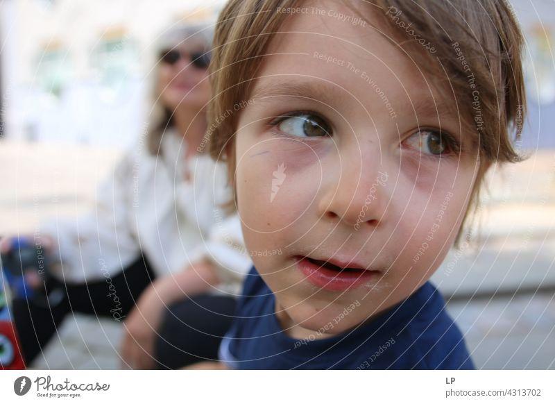 Junge mit gerötetem Auge schaut von der Kamera weg Lächeln Vertrauen Gesicht träumen verträumt nachdenklich Blick authentisch Erwartung Beratung Bildung
