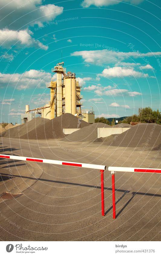 Kieswerk Lagerplatz Industrie Baustelle Himmel Wolken Sommer Schönes Wetter ästhetisch Originalität Krise Wachstum Schranke Silo Zufahrtsstraße Kontrolle