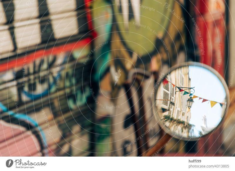 Die Altstadt im Spiegel - kleine Fähnchen inklusive Spiegelbild Aussenspiegel Mofa rund rückblickend Rückblick Rückspiegel Roller Motorrad moped Wand Fassade