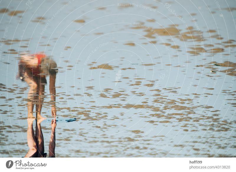 Spiegelbild einer Muschelsucherin im Watt Frau suchen Wattenmeer muscheln sammeln Muschelschale Küste Ebbe Flut ebbe und flut nass Insel Sand Wasser Gezeiten