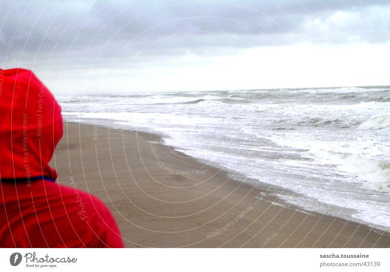 Rotkäppchens Weitblick Wasser Himmel rot Strand Wolken Ferne Wellen Aussicht Unendlichkeit Schutz Dänemark Regenjacke Regenmantel Rotkäppchen