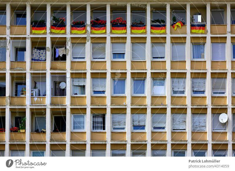 Kastenbauweise Ludwigshafen euro 2020 fußball fahnen Deutschlandfahne deutschland Deutschlandflagge Haus Sport Ereignis Weltmeisterschaft beflaggt flaggenparade