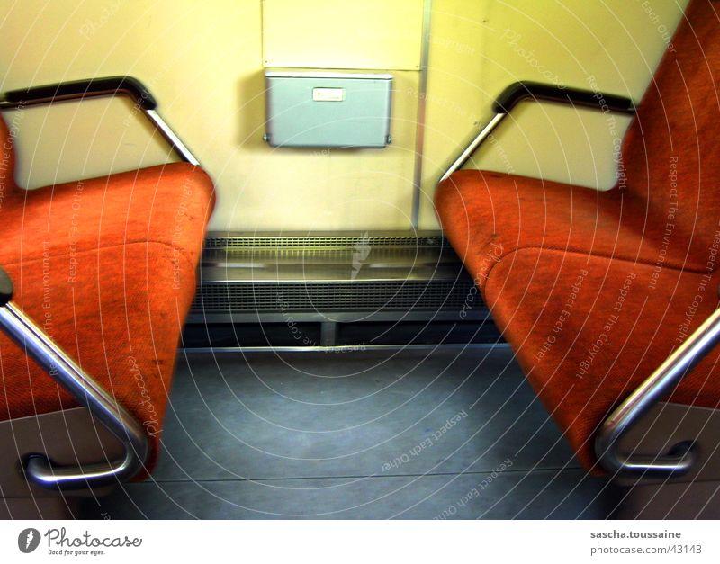 RegionalBahn der DB von innen Regionalbahn Bank gelb grau dunkel Unschärfe verwaschen Stil Verkehr Deutschland Eisenbahn Sitzgelegenheit orange hell Schatten