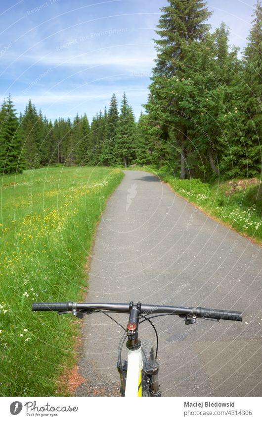 Straße im Isergebirge, Blick von oben auf das Fahrradlenkrad, Polen. Berge Ausflug Abenteuer Mountainbike Isera Sport Fahrradfahren Natur Wald Landschaft