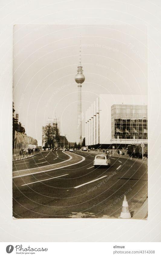 Das schwarz-weiß Foto aus den 1970er Jahren zeigt den Berliner Fernsehturm und einen Teil vom Palast der Republik / DDR Architektur / analoge Fotografie